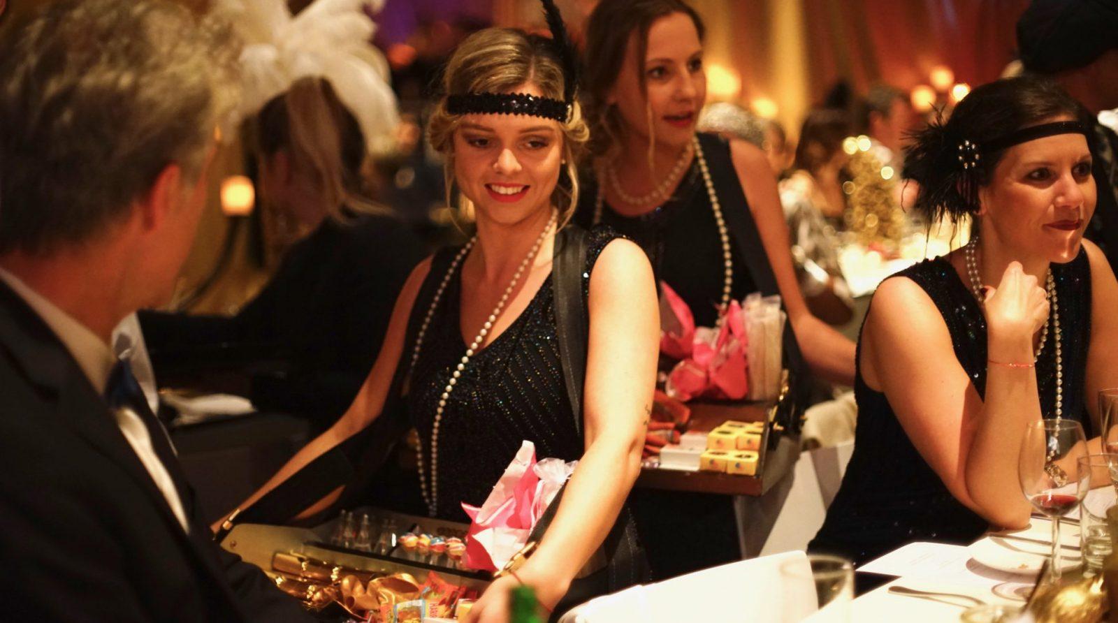 Candy-Girls der 20er Jahre. Die Bauchladenmädchen im Einsatz auf einer Veranstaltung